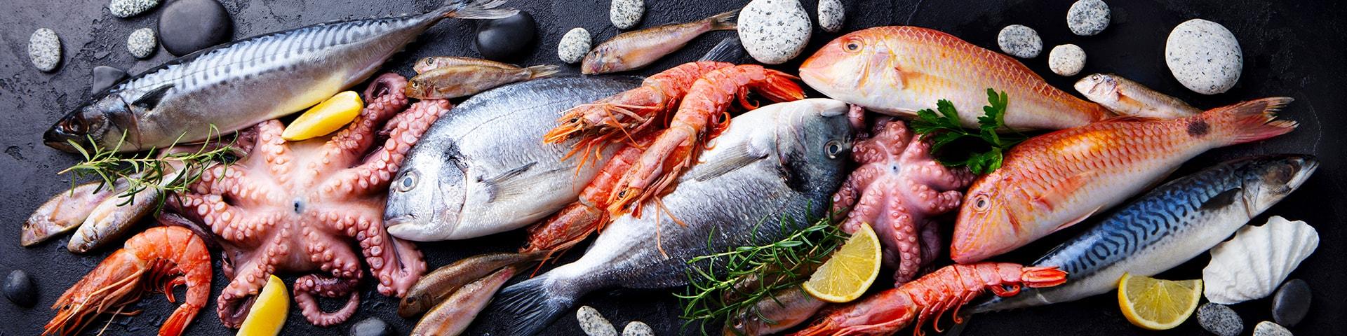 Fisk och skaldjur på ett stenbord
