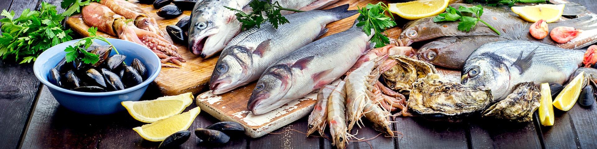 Bord fyllt med fisk och skaldjur
